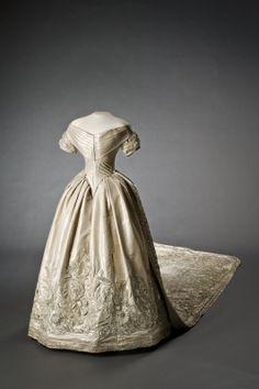 LSH | brudklänning, Wedding dress of Prinsessa Lovisa of Sweden, 1850. BILDNUMMER DIG 6365 NYCKELORD/TITEL brudklänning, Lovisa, Prinsessa KATEGORI Dräkt | Överdelar | Klänningar MUSEUM Livrustkammaren