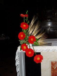 composizioni floreali per la chiesa - Szukaj w Google Flower Festival, Church Flowers, Gladiolus, Ikebana, Paper Decorations, Carnations, Floral Arrangements, Flower Arrangement, Flower Designs