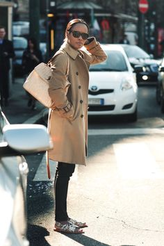 The trench is definitely a must-have outerwear piece. Read the tips around it and see outfits for casual and elegant occasions. Brooklyn Street Style, Shops, Ootd, Trends, Black Women Fashion, Black Skinnies, Black Slacks, Casual Fall, Casual Chic