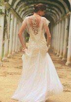 Casamento no campo, com cerimônia à luz do dia e em meio à natureza, combina com romantismo e leveza! Como isso se traduz no vestido de noiva? De várias ma