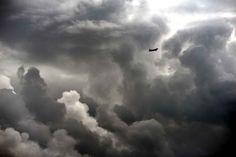 Un avion vole au cœur des nuages, le 3 septembre avant d'atterrir à l'aéroport de Toulouse-Blagnac.