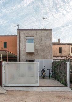 In a suburban setting in the Sant Daniel valley and on a very narrow plot, a terraced house is built with the restrictions of limited budget and with a Modern Tiny House, Small House Design, Modern House Plans, Facade Design, Exterior Design, Compact House, Minimal Home, Interesting Buildings, Industrial House