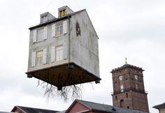 """Ten latający dom to praca Leandro Erlicha """"Pulled by the Roots"""" (""""Wyrwane z korzeniami"""") zawieszona z okazji 300 urodzin miasta Karlsruhe - http://www.tvn24.pl/zdjecia/zdjecie-dnia,31565.html"""