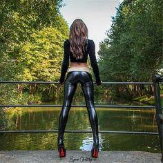 Skin Tight Leggings, Wet Look Leggings, Shiny Leggings, Girls In Leggings, Women's Leggings, Looks Pinterest, Layering Outfits, Leggings Fashion, Leather Fashion