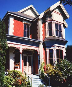 Port Townsend WA Vernacular Victorian This Stick Style/Italianate is very reminiscent of similar houses in San Francisco. (This mixture of Italianate design and Stick-Style verticality, so common on the West Coast. Old Victorian Homes, Victorian Design, Victorian Houses, Victorian Era, Victorian Architecture, Beautiful Architecture, Architecture Details, Old House Design, House Proud