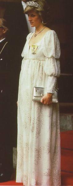 Beautiful Diana. Pretty style for Princess Diana.