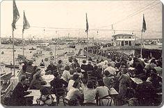 ✿ ❤ Bir zamanlar İSTANBUL,  Kadıköy - Koço'nun Üstü açık terasından Moda Deniz kulübü - 1935 (çok kalabalık sanki bayram günü gibi birşey, ve o yıllara göre insanlar ne kadar modern giyimli, dikkatimi çekti)