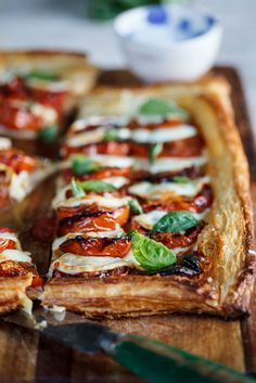 tart with roasted tomatoes {Caprese tart with roasted tomato.} The bread in this picture makes it look delicious.{Caprese tart with roasted tomato.} The bread in this picture makes it look delicious. Tart Recipes, Fruit Recipes, Appetizer Recipes, Cooking Recipes, Puff Pastry Appetizers, Spinach Recipes, Cooking Tips, Salad Recipes, Tapas