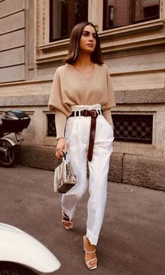 Love this trendy puff sleeved sweater with high waisted white pants and brown leather belt. Business Casual Outfits, Professional Outfits, Classy Outfits, Stylish Outfits, Winter Fashion Outfits, Work Fashion, Fall Outfits, Workwear Fashion, Party Fashion