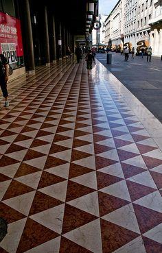 objet,construction :   Geometrie del Corso - Milan, Italy