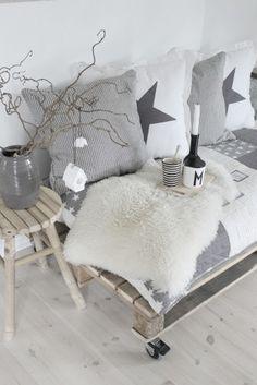 Haken en breien | Mooi daybed voor op balkon of terras, gemaakt van pallets Door Decoration
