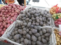 What is the best way to cook purple potataoes? How to cook purple potatoes? Can you roast, bake, fry or sautee purple potatoes? Purple Vegetables, Veggies, Okinawan Sweet Potato, Whole Food Recipes, Diet Recipes, Purple Potatoes, Purple Food, How To Cook Potatoes, Farmers Market