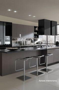 cocina elegante y moderna con alacenas de cristal negro #decoraciondecocinasideas