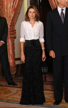Pin for Later: 44 Times Queen Letizia of Spain Made The Fashion World Bow Down When She Wore a Button-Down Shirt to a Formal Event Letizia made a white button-down look more chic than ever for a state event in Style Royal, Simple Gowns, Full Length Gowns, Camisa Formal, Royal Dresses, Queen Letizia, Royal Fashion, Skirt Outfits, Beautiful Outfits