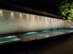 Beleuchteter Pool und Whirlpool vor Sauna