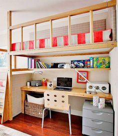 Uma área intermediária separa degraus da cama neste quarto de tons pastel. Abaixo, mesa, prateleira e espaço para armazenamento.