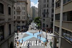 """08/12/2014- São Paulo- SP, Brasil- Começa a funcionar nesta segunda-feira (8) na região central de São Paulo a faixa de pedestres na diagonal, a chamada faixa em """"X"""" –comum no Japão. A implantação foi feita nas ruas Riachuelo e Cristóvão Colombo, que segue após o local como Avenida Brigadeiro Luis Antônio, perto do Largo de São Francisco. Segundo a Companhia de Engenharia de Tráfego (CET), responsável pela implantação, o projeto vai servir de parâmetro para possíveis novas instalações na…"""