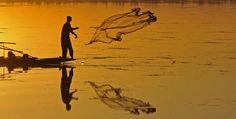 Un pescador lanza su red en el lago Dal en Srinagar, India. AFP / TAUSEEF MUSTAFA.