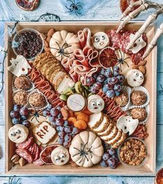 Healthy Halloween Snacks, Halloween Desserts, Halloween Food For Party, Spooky Halloween, Halloween Season, Halloween Treats, Halloween Pumpkins, Halloween Dinner, Charcuterie Recipes