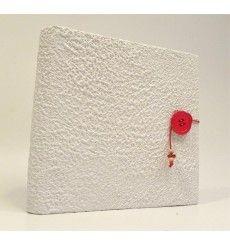 Album fotografico rivestito in carta Moonrock bianca con chiusura bottone rosso e cordino