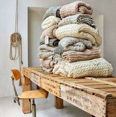 Both the table as the knitted products are wonderful!