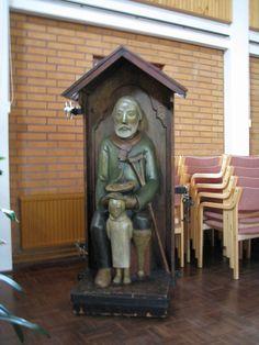 Nurmijärven kirkon vaivaisukko, jolla on poika kaverinaan. Ukon vakituinen paikka on seurakuntakeskuksen aulassa. Vaivaisukon on veistänyt vuonna 1939 Heikki Konttinen.