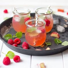 Wer stößt mit mir an? ☺️ das Rezept gibt es jetzt auf meinem Blog! #drink #rhabarber #himbeeren #limonade #selfmadelemonade #lemonade #getränk #rezept #foodblogger #foodblog