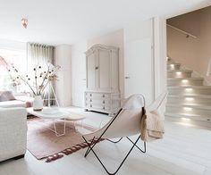 Ontdek je stijl trap.bij jou past een romantische trap Volgens jou kan de wereld wel wat romantiek gebruiken en waarom niet thuis beginnen? Jouw stijl valt het beste te omschrijven als warm en zacht. En dat kun je natuurlijk makkelijk ook toepassen op de trap. Kies een warm materiaal als hout, voor zowel de traptreden als de stootborden