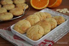 I crinkle cookies al cioccolato bianco e arancia sono dei biscotti screpolati morbidi all'interno e con una crosticina leggermente croccante. Biscotti Cookies, Hamburger, Biscuits, Gluten Free, Favorite Recipes, Bread, Baking, Desserts, Food