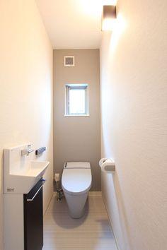皆様こんにちは!  中村です|^・ω・)/ ハロー♪  も~うい~くつ寝~ると X'mas♪ ですね! 今年はホワイトクリスマスどころか、猛吹雪みた... Tiny House Bathroom, Bathroom Toilets, Small Bathroom, Guest Toilet, Downstairs Toilet, Japanese Style Bathroom, Toilet Room, Toilet Design, Wall Crosses
