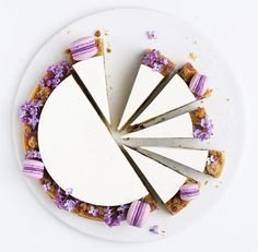 Blueberry frangipane tart decorated with lilacs and mini macarons. Slow Cooker Desserts, Cupcake Cakes, Cupcakes, Frangipane Tart, Decoration Patisserie, Bolo Cake, Cake Photography, Amazing Food Photography, Food Design
