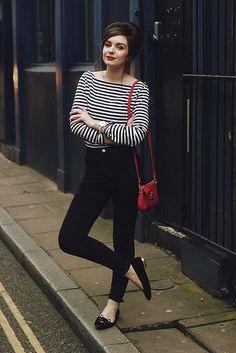 Comprar+ropa+de+este+look: https://lookastic.es/moda-mujer/looks/camiseta-de-manga-larga-vaqueros-pitillo-bailarinas-bolso-bandolera-reloj/7604 —+Camiseta+de+Manga+Larga+de+Rayas+Horizontales+Blanca+y+Negra+ —+Reloj+Beige+ —+Vaqueros+Pitillo+Negros+ —+Bolso+Bandolera+de+Cuero+Rojo+ —+Bailarinas+de+Cuero+Negras+