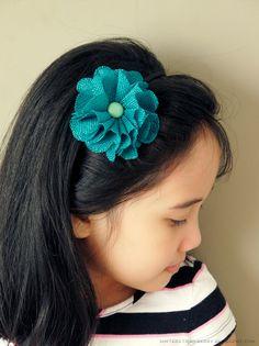 DIY a Flower Headband from a Gift Topper @ mintedstrawberry.blogspot.com #springcraft #flower #DIYaccessory