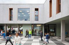Façades minérales avec menuiseries et tableaux profonds en bois LOW architecten — Primary School