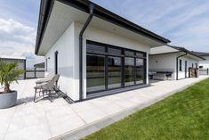 HARTL HAUS Kundenhaus mit gemütlichen Innenhof, der von 3 Seiten geschützt ist. Garage Doors, Outdoor Decor, Home Decor, Hip Roof, Indoor Courtyard, Decoration Home, Room Decor, Home Interior Design, Carriage Doors