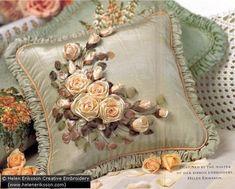 Almohadones bordados en cinta de seda, instrucciones e inspiración.  Cómo teñir listón para lograr nuestros colores personalizados.