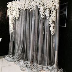 Blume Hochzeit Foto Hintergrund Eigentlich Diy Diy Can 20 Flower Wedding Photo Background Actually Diy Diy Can Diy Photo Booth, Photo Booth Backdrop, Backdrop Ideas, Booth Ideas, Photobooth Backdrop Diy, Diy Wedding Backdrop, Tulle Backdrop, Silver Wedding Decorations, Wedding Photo Backdrops