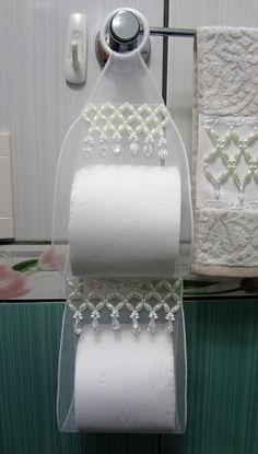 O Kit contém:  01 toalha de lavabo bordada em pedraria (karsten) medida 33 x 50.  01 porta papel higiênico bordado em pedraria, medida 12 x 48.  01 cabide feito em pedraria, medida 16 x 28. Diy Home Crafts, Diy Crafts For Kids, Sewing Hacks, Sewing Projects, How To Make Snowflakes, Bathroom Crafts, Towel Crafts, Shabby Chic Crafts, Diy Chandelier