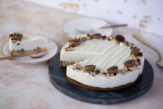 Ha valami szuperfinom, de könnyedebb tortára vágytok, akkor ez a túrókrémes mogyorótorta Toffifeevel lesz az új kedvencetek! Panna Cotta, Cheesecake, Snacks, Food And Drink, Street, Ethnic Recipes, Kitchen, Cheesecake Cake, Cuisine