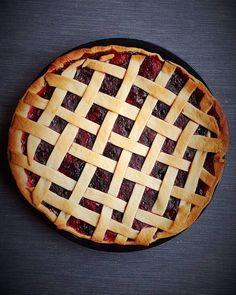 Mesmo a tempo para o fim de semana prolongado: uma fantástica tarte de frutos vermelhos.  Apenas 6 ingredientes muito saborosa e que se preprara num instantinho! Link para o blogue na bio.  Bom apetite :)