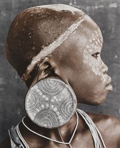 Jan C. Schlegel: Sure Tribe, Ethiopia. Nale is the daughter of one of the elders of the tribe. The size of the earring shows how much the bride price is. The larger the plate in her ear, the higher the bride price. Black Is Beautiful, Beautiful World, Beautiful People, Simply Beautiful, African Tribes, African Art, Photography Workshops, Fine Art Photography, Fotografia Retro