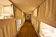 L'Adler Hostel se targue d'être le seul hostel de luxe de Singapour. Les lits capsules des dortoirs se presentent comme des cabines confortables de train de luxe. #jeunesse #jeunesseglobal #ageless #naara #luminesce #serum $efeitocinderela #cremaageless