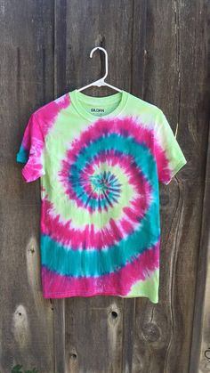 Handmade Tiedye t-shirt! Tie Dye Hoodie, Tie Dye Shirts, Tie Day, Diy Fashion Hacks, Diy Crop Top, Tie Dye Crafts, How To Tie Dye, T Shirt Diy, Outfits For Teens