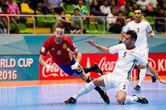 نتایج کامل مرحله گروهی جام جهانی فوتسال/ ایران - برزیل ۳۱ شهریور  http://1vz.ir/157951  با اتمام بازیهای مرحله گروهی جام جهانی فوتسال، چهره تیمهای راه یافته به مرحله یک هشتم نهایی مشخص شد. ایران که به عنوان تیم سوم گروه خود به مرحله بعد راه یافت، باید به مصاف برزیل برود.     مرحله گروهی مسابقات جام جهانی کلمبیا بامداد امروز به اتمام رسید که در یکی از مسابقات این مرحله، تیم ملی ایران مقابل آذربایجان به نتیجه تساوی ۳ به ۳ دست یافت. ایران با این تساوی ۴ امتیازی شد و به خاطر تفاضل ..