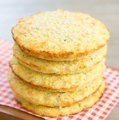 Cauliflower bread buns are low carb and gluten free. They are perfect to use with hamburgers, sandwiches and more. And unlike other cauliflower bread substitute Diabetic Recipes, Gluten Free Recipes, Low Carb Recipes, Vegetarian Recipes, Cooking Recipes, Healthy Recipes, Easy Recipes, Healthy Snacks, Low Carb Paleo
