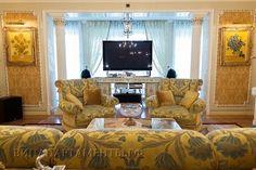 """Роскошный интерьер, способен удивить своей лаконичностью и изысканностью, а также уникальной текстурой и Внутреннее убранство пентхауса дополнено мебелью ручной работы от """"Fratelli Radice"""" , оббитая элитной тканью от """"Rubelli""""."""