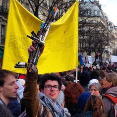 un manifestant venu avec son arme.....subversive!!!! ....réépinglé par Maurie Daboux .•*`*•. ❥