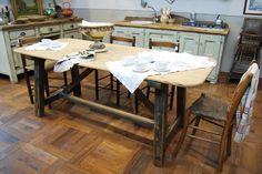 Tavolo in stile antico dell' '800 marchigiano con base decapata e piano a legno naturale.