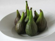 Only make one small cut on the figs after you have boiled them and before boiling again in the syrup. Fresco, Fig Preserves Recipe, Green Fig, Pork Fillet, Fig Recipes, Fig Jam, South African Recipes, Family Meals, Rezepte