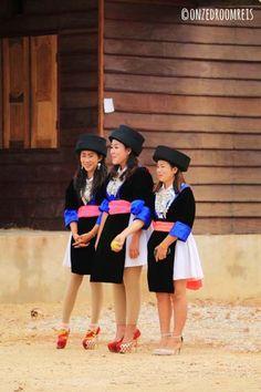 Laos || Thakhek - Meisjes in klederdracht